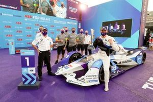 Roger Griffiths, director del equipo, BMW i Andretti Motorsport, Maximilian Gunther, BMW i Andretti Motorsports, celebración de la primera posición