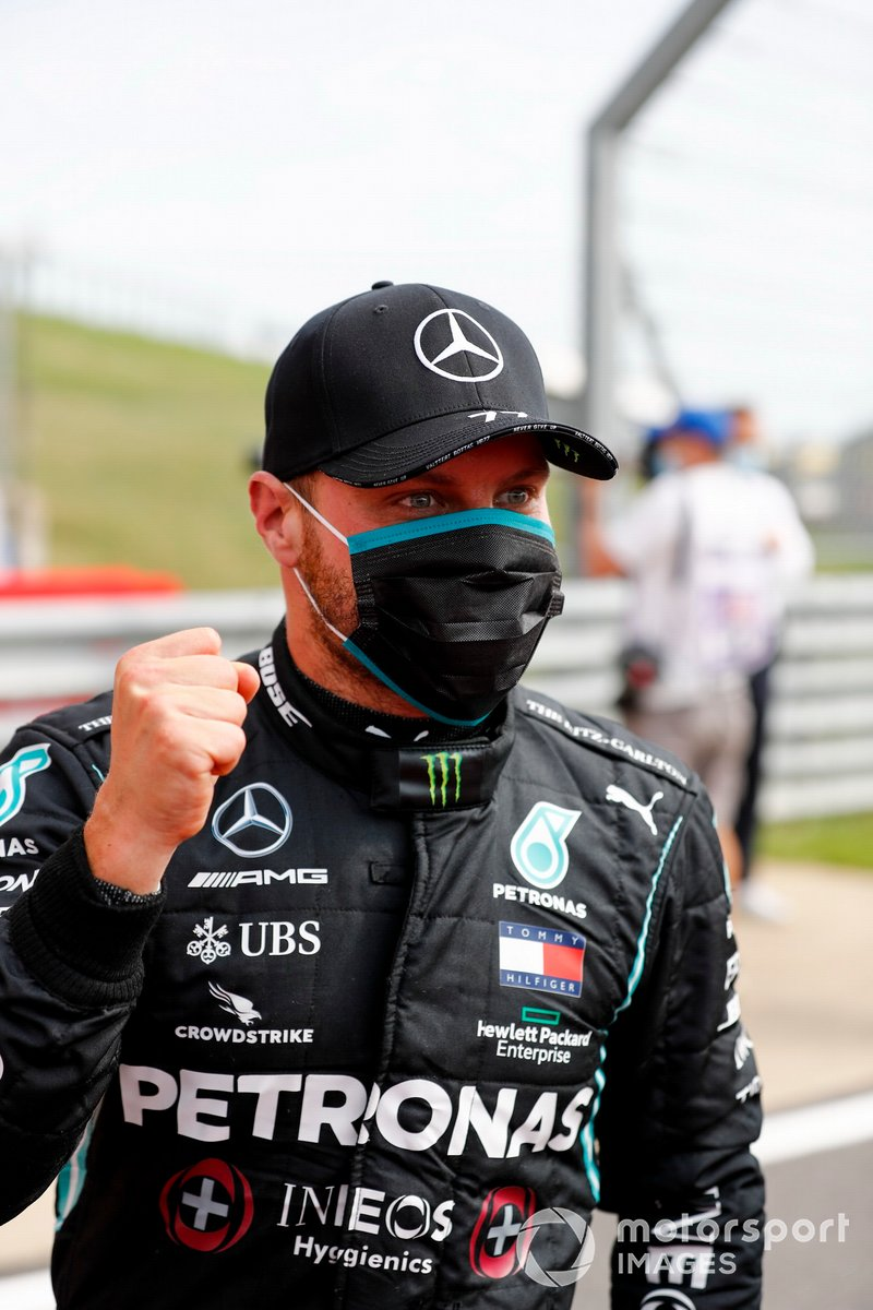 Il Pole sitter Valtteri Bottas, Mercedes-AMG Petronas F1 festeggia nel Parc Ferme
