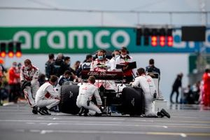 Mechanics attend to the car of Antonio Giovinazzi, Alfa Romeo Racing C39, on the grid