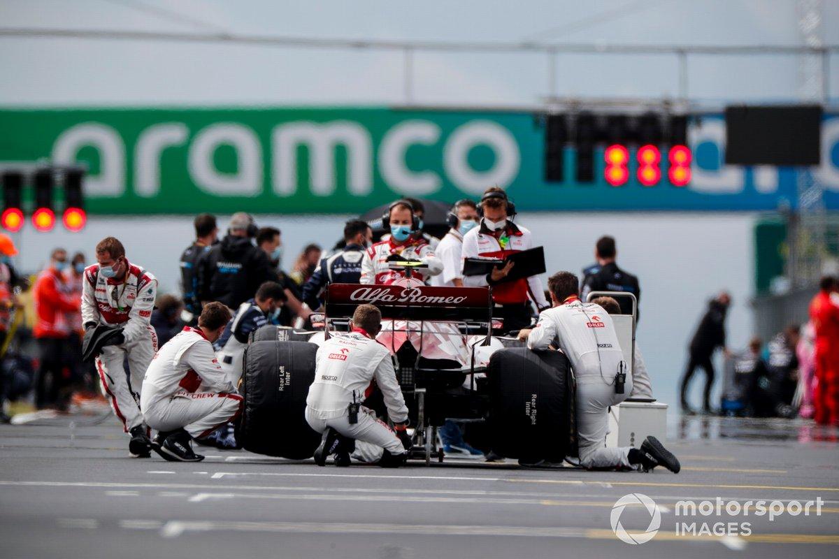 Los mecánicos atienden el coche de Antonio Giovinazzi, Alfa Romeo Racing C39, en la parrilla