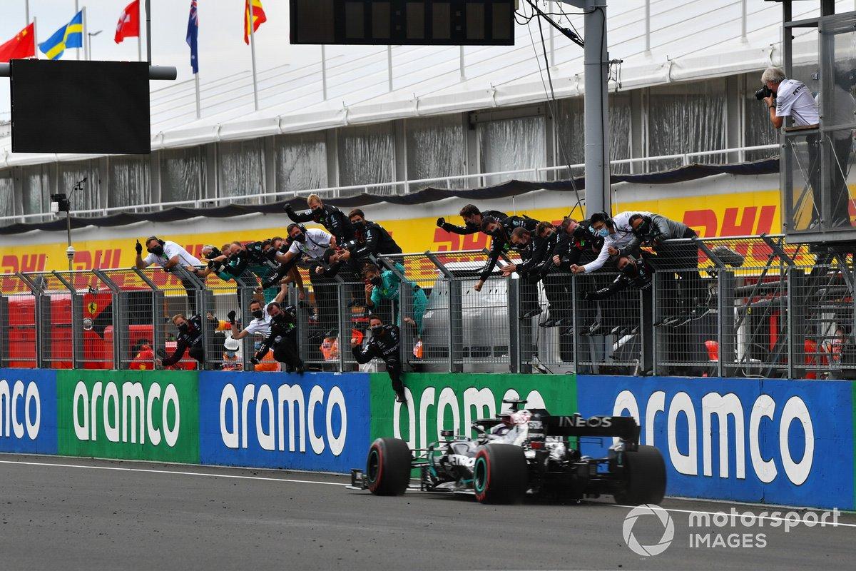 Il vincitore della gara Lewis Hamilton, Mercedes F1 W11