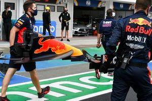 Les mécaniciens Red Bull amène un nouvel aileron avant vers la grille pour Max Verstappen, Red Bull