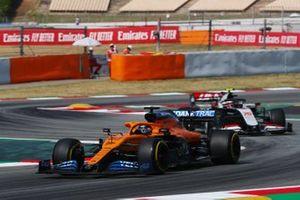 Carlos Sainz Jr., McLaren MCL35, suivi de Kevin Magnussen, Haas VF-20