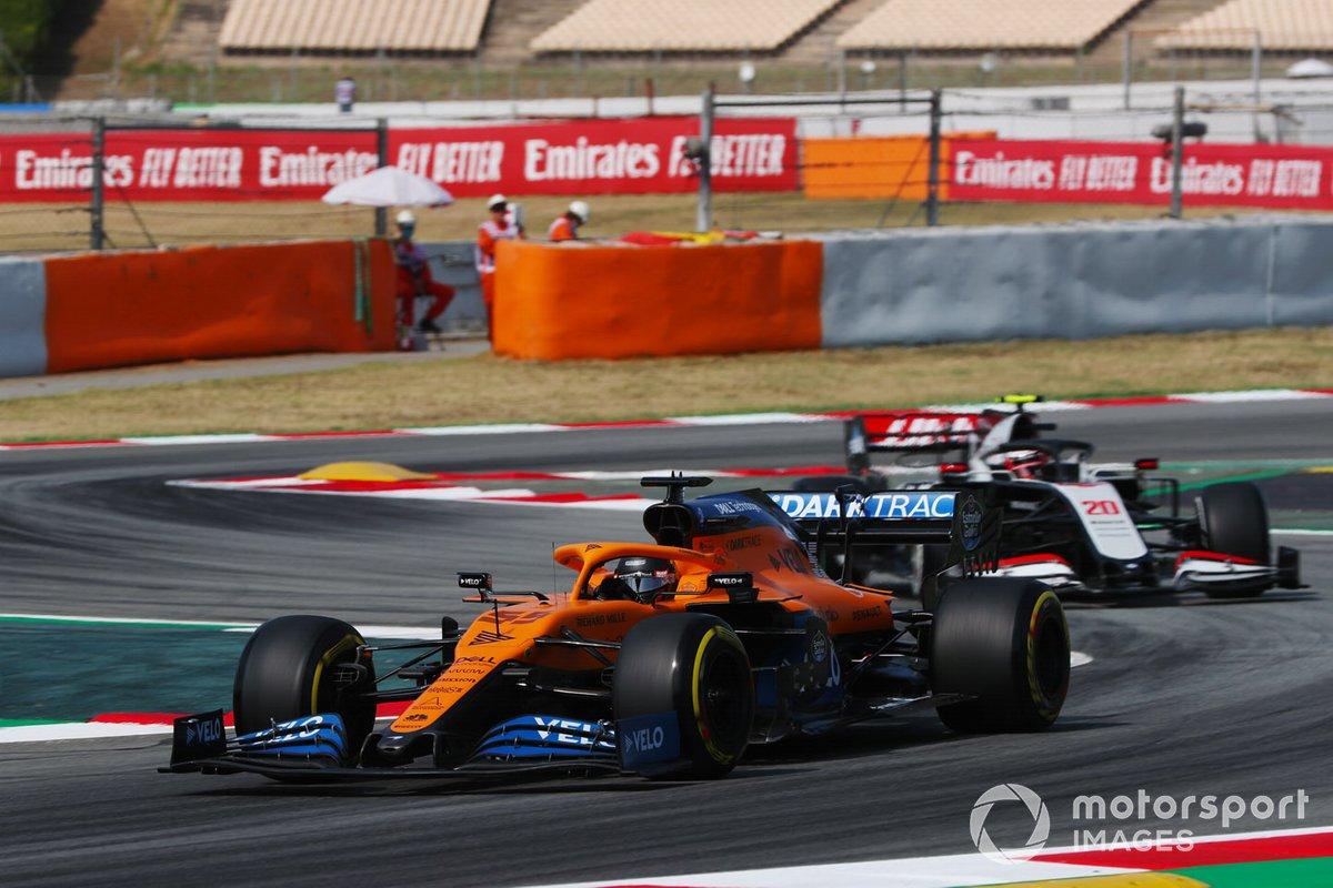 Carlos Sainz Jr., McLaren MCL35, y Kevin Magnussen, Haas VF-20
