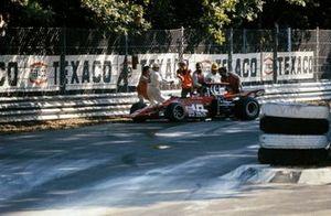 Oficiales de pista retiran el monoplaza de Ronnie Peterson, March 721G Ford