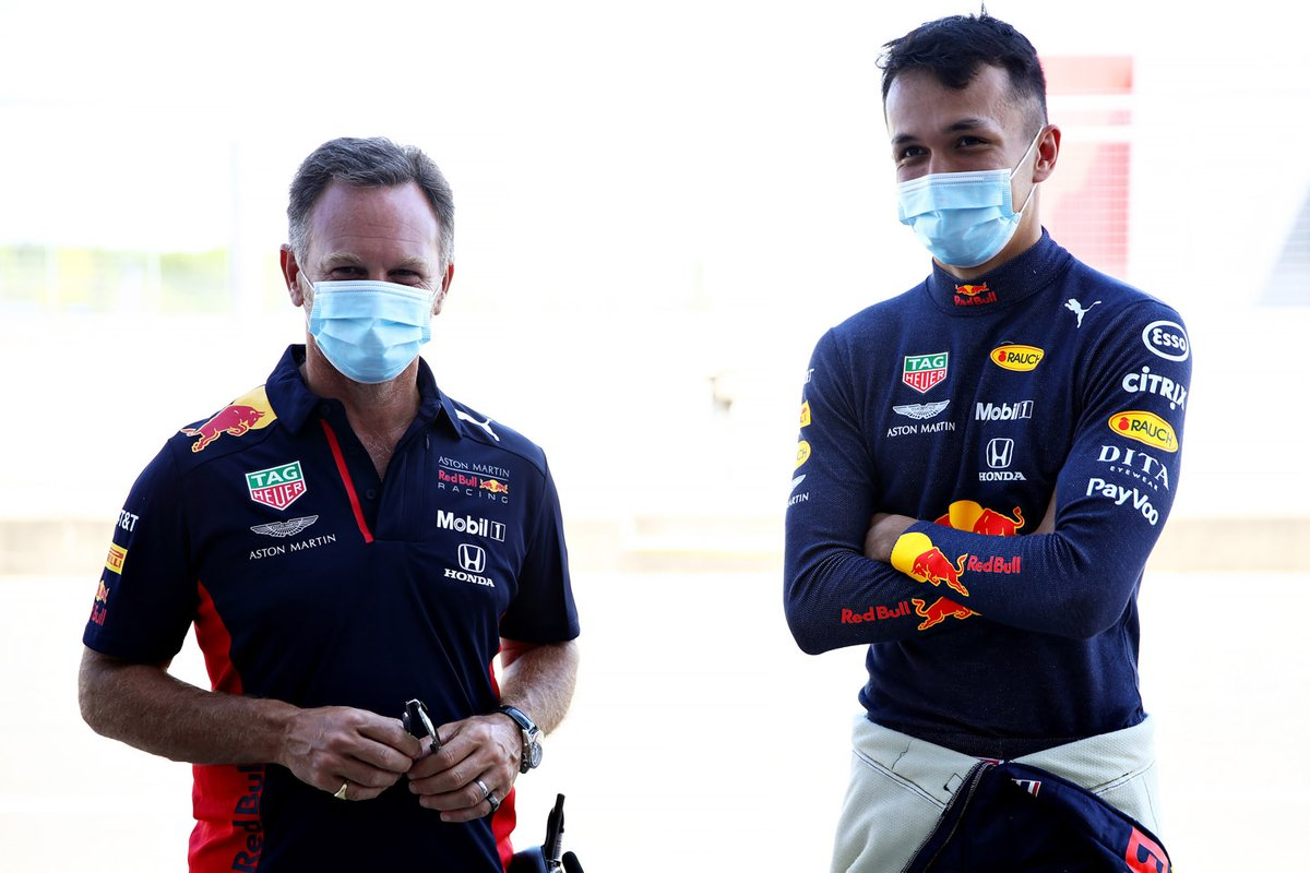Alex Albon, con el director de Red Bull, Christian Horner
