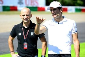 Pedro De La Rosa, HRT Formula One Team cammina in pista con Antonio Lobato, Antena 3 TV