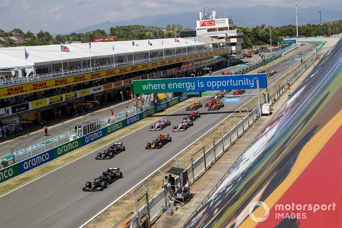 Lewis Hamilton, Mercedes F1 W11 EQ Performance precede Valtteri Bottas, Mercedes F1 W11 EQ Performance e Max Verstappen, Red Bull Racing RB16 alla partenza della gara