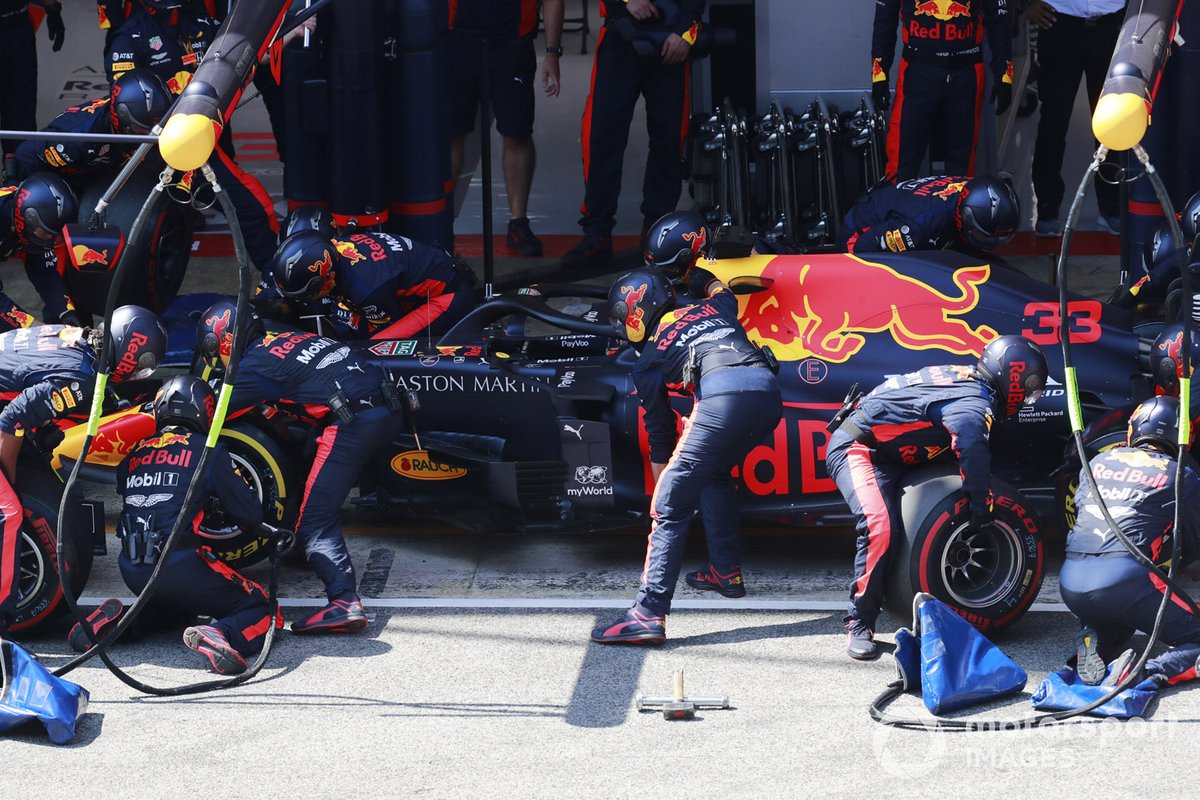 Max Verstappen, Red Bull Racing RB16, pit stop