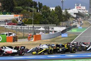 Esteban Ocon, Renault F1 Team R.S.20, George Russell, Williams FW43, Antonio Giovinazzi, Alfa Romeo Racing C39, Romain Grosjean, Haas VF-20, Nicholas Latifi, Williams FW43, chase the pack at the start