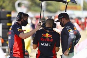Max Verstappen, Red Bull Racing, on the grid with mechanics