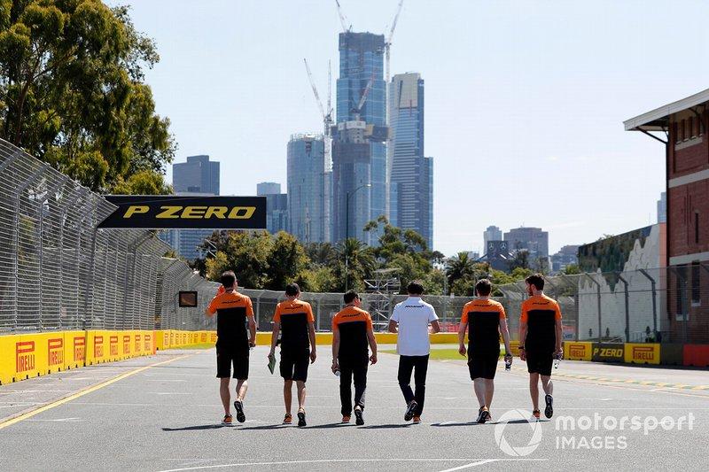 Membri del team McLaren camminano sulla pista