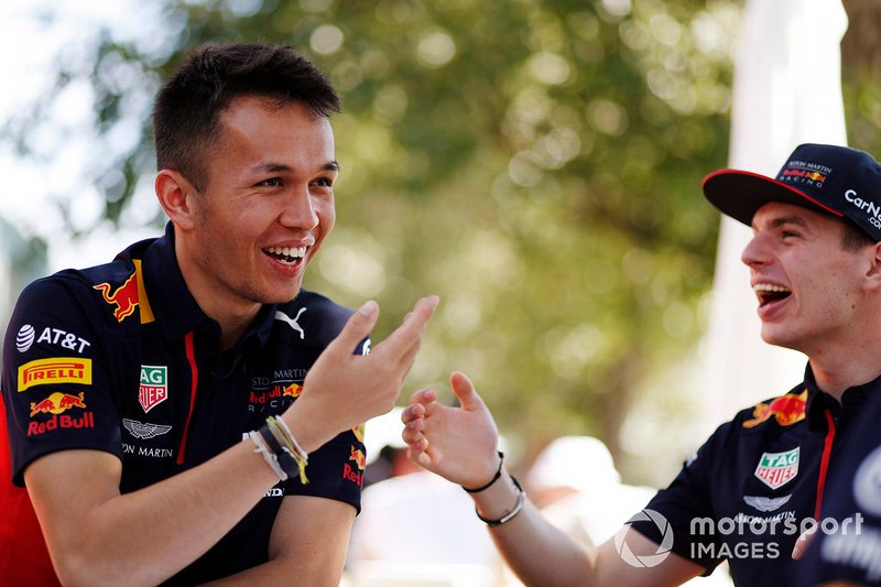 Alex Albon, Red Bull Racing, e Max Verstappen, Red Bull Racing