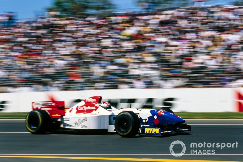 Шумахер стал только девятым, уступив даже Ирвайну, а четвертое время ко всеобщему удивлению показал Йос Ферстаппен – папа Макса проводил тот сезон в составе далекой от лидеров команды Arrows