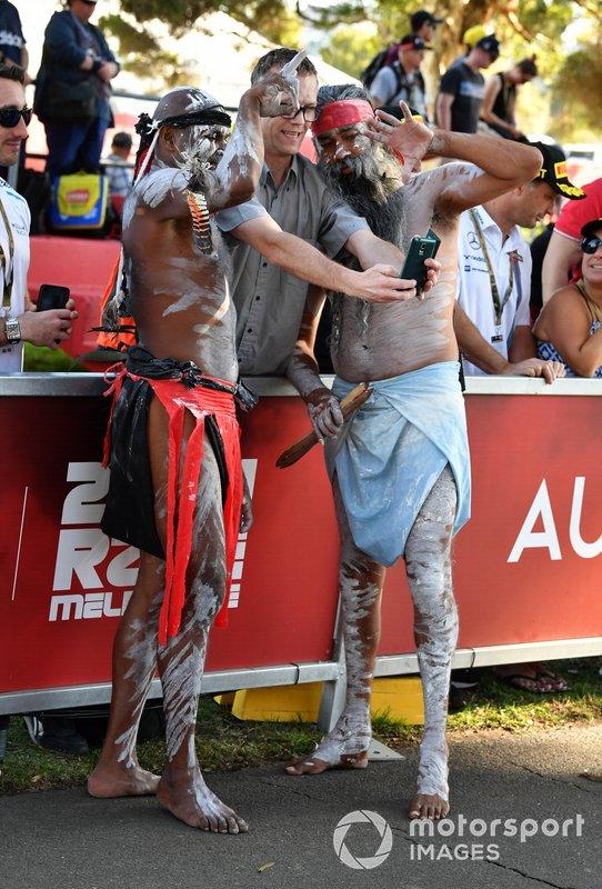 I tifosi assistono ad una performance di musica tradizionale aborigena