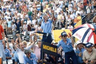 Ken Terrell y el equipo de Tyrrell celebran la victoria de la carrera de Michele Alboreto