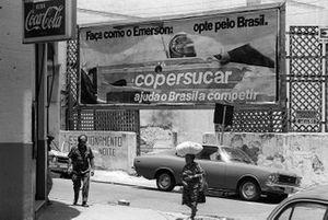 Un cartel publicitario en Sao Paulo mostrando a los locales que Emerson Fittipaldi, se había mudado de McLaren al equipo Copersucar-Fittipaldi