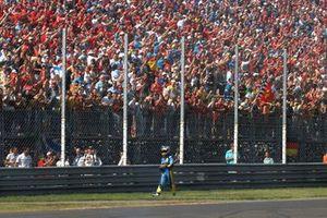 Fernando Alonso, Renault R26, regresa caminando