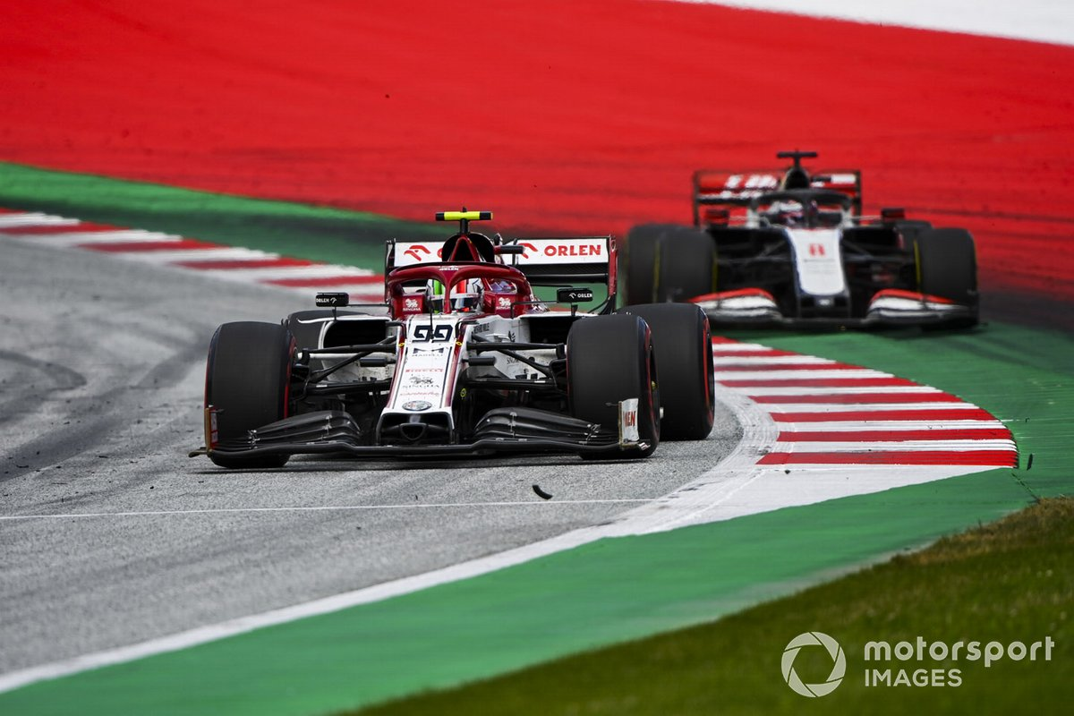 Antonio Giovinazzi, Alfa Romeo Racing C39, leads Romain Grosjean, Haas VF-20