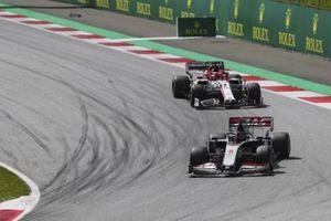 Romain Grosjean, Haas VF-20, davanti a Kimi Raikkonen, Alfa Romeo Racing C39