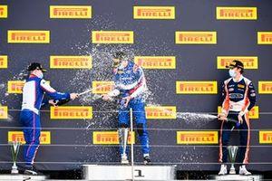 David Beckmann, Trident, le gagnant de la course Alexander Smolyar, ART Grand Prix et Clement Novalak, Carlin sur le podium avec le champagne