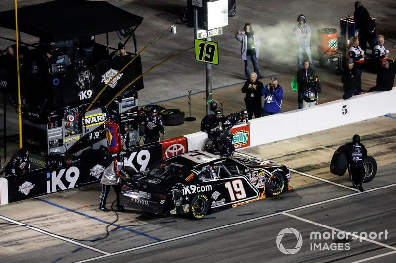 Brandon Jones, Joe Gibbs Racing, Toyota Supra iK9/Musket Powder, pit stop