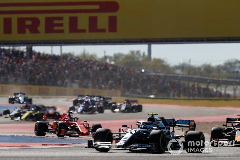 Valtteri Bottas, Mercedes AMG W10, precede Max Verstappen, Red Bull Racing RB15, Charles Leclerc, Ferrari SF90, e il resto del gruppo, alla partenza