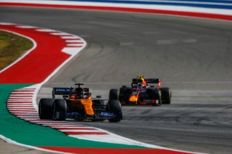 Carlos Sainz Jr., McLaren MCL34, precede Alex Albon, Red Bull Racing RB15