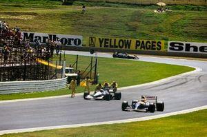 Найджел Мэнселл, Williams FW14B Renault, и Джованна Амати, Brabham BT60B Judd