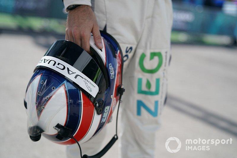 Sérgio Jimenez, ZEG iCarros Jaguar Brazil holding his helmet