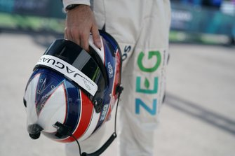 Sérgio Jimenez, ZEG iCarros Jaguar Brazil tiene il suo casco in mano