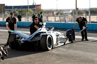 Meccanici spingono l'auto di Nyck De Vries, Mercedes Benz EQ, EQ Silver Arrow 01 in garage
