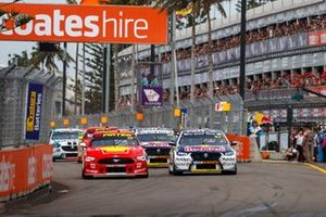 Start der Supercars 2019 in Newcastle: Scott McLaughlin, DJR Team Penske Ford, Shane van Gisbergen, Triple Eight Race Engineering Holden