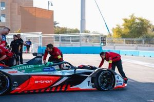 Mechanics push Lucas Di Grassi, Audi Sport ABT Schaeffler, Audi e-tron FE06 back into the garage