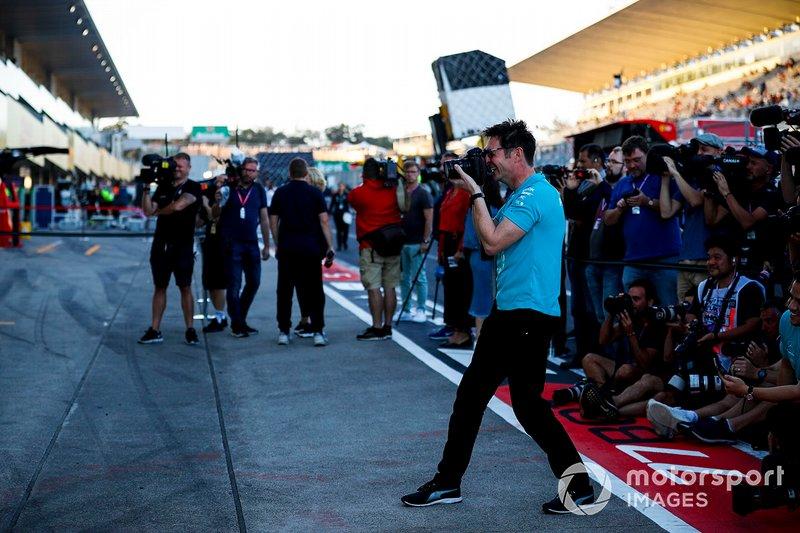 L'équipe Mercedes fête sa victoire et son titre