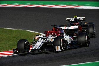 Kimi Raikkonen, Alfa Romeo Racing C38, leads Kevin Magnussen, Haas F1 Team VF-19