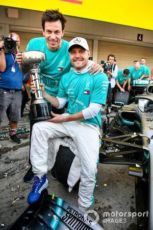 Valtteri Bottas, Mercedes AMG F1, primo classificato, Toto Wolff, Executive Director (Business), Mercedes AMG, e il team Mercedes festeggiano