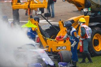 Auto di Daniil Kvyat, Toro Rosso STR14 viene recuperata dopo l'incidente