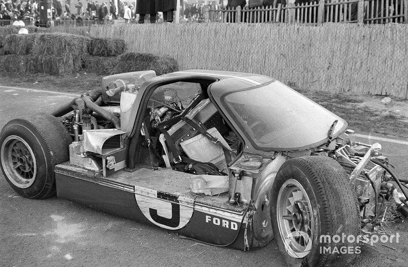 1967 год. Разбитый автомобиль Марио Андретти и Люсьена Бьянки. Напомним, что в результате инцидента с машиной Андретти сошли сразу три GT40: еще два пилота разбили машины, пытаясь увернуться от автомобиля американца. А Брюс Макларен, также выступавший на GT40, проколол на обломках машины Андретти колесо
