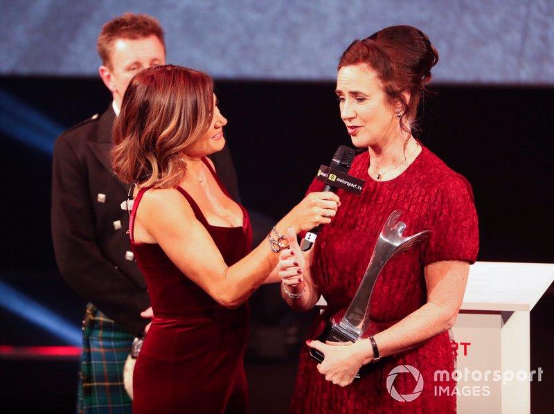 Natalie Pinkham, Sky TV, entrevista a Catherine Bond Muir de la Serie W después de que la serie ganara el Premio Pionera e Innovadora
