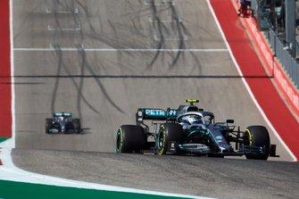 Valtteri Bottas, Mercedes AMG W10, lidera Lewis Hamilton, Mercedes AMG F1 W10
