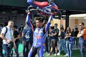 Hafizh Syahrin levanta la minimoto