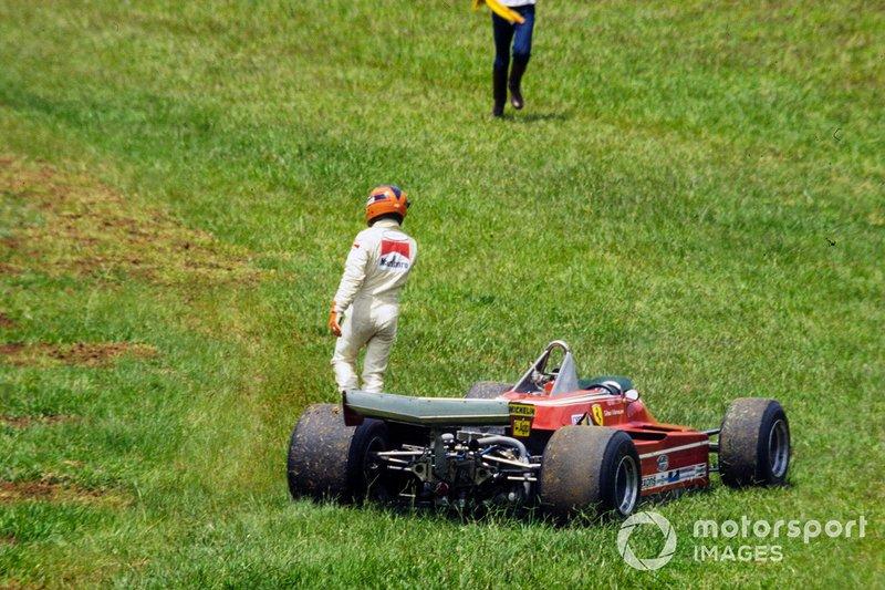 Еще до гонки стало ясно, что длинные прямые «Интерлагоса» безжалостны к моторам. В Ferrari проблемы возникли у Вильнева, в Renault – у Рене Арну. К счастью, никаких штрафов на решетке тогда и в помине не было