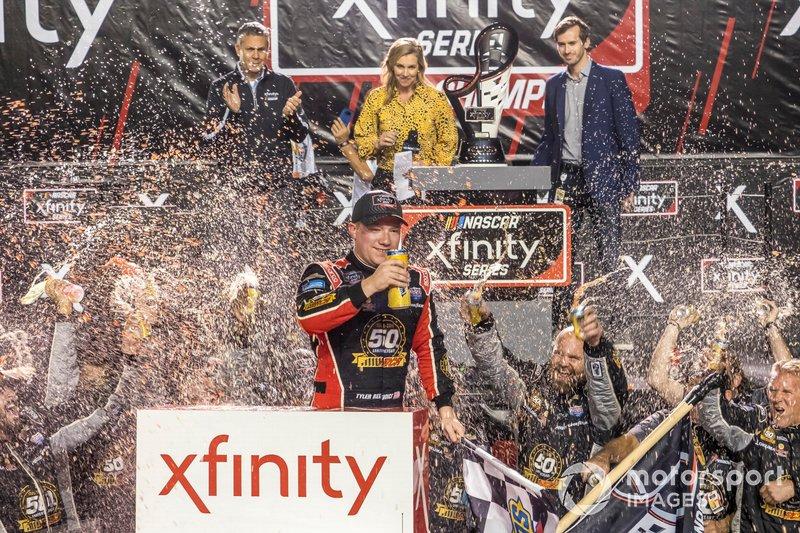 Тайлер Реддик празднует чемпионский титул в серии NASCAR XFINITY после финиша гонки в Хоумстеде