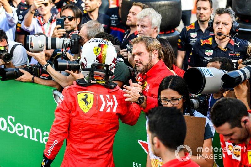 Sebastian Vettel, Ferrari, si congratula con il team dopo le Qualifiche