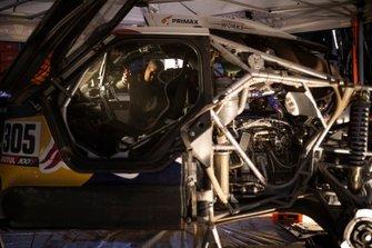 El mecánico del Bahrein JCW X-Raid Team trabaja después de la etapa