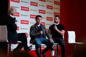 Il presentatore Alan Hyde intervista Martin Plowman e Kelvin Fletcher sul palco di Autosport