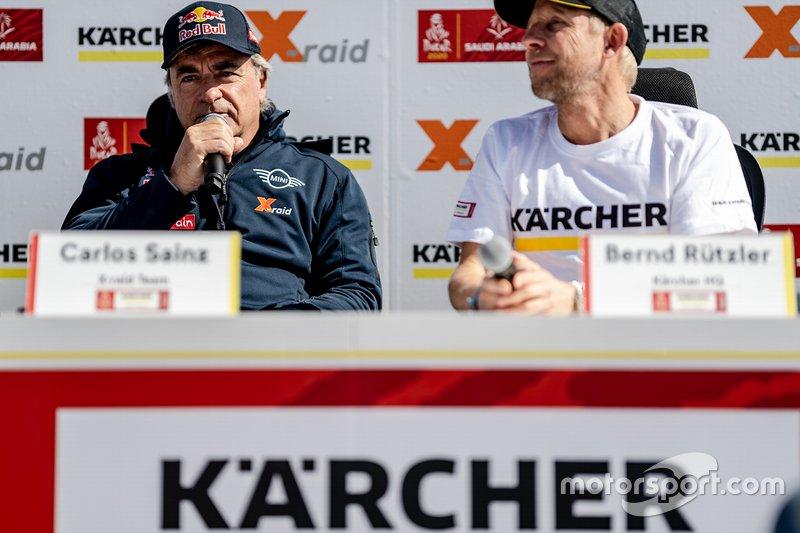 Carlos Sainz y Bernd Rützler en la rueda de prensa de Karcher