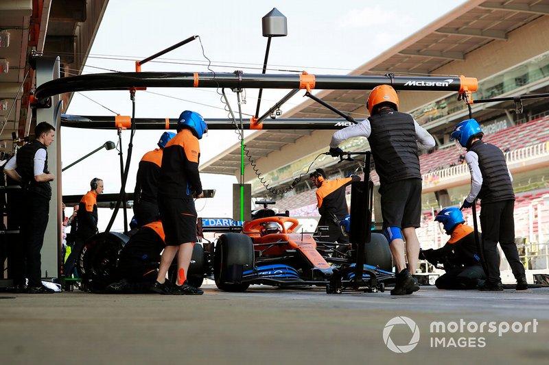 Carlos Sainz, McLaren MCL35 pit stop