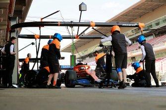 Carlos Sainz, McLaren MCL35, makes a pit stop